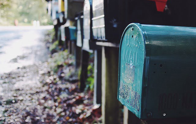 plåtskylt till väg, dörr och brevlåda